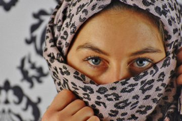 Eine Frau mit Kopftuch, die nur ihre Augen zeigt