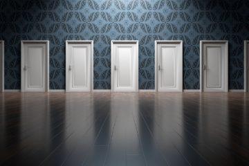 Blick auf einer Front mit vielen Türen zu verschiedenen Eingängen